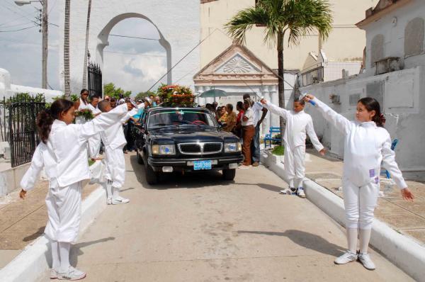 La nueva generación de esgrimistas rindió tributo a la madre de una de las jóvenes asesinadas en el crimen de Barbados