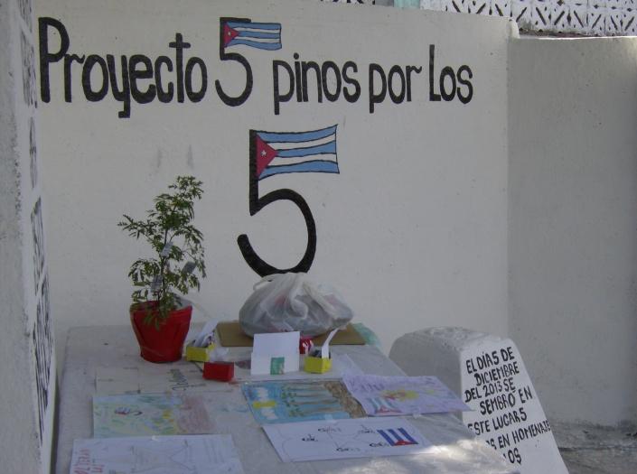 Sitial que los niños de la Escuela Primaria José Martí, de camagüey, dedican a los Cinco.