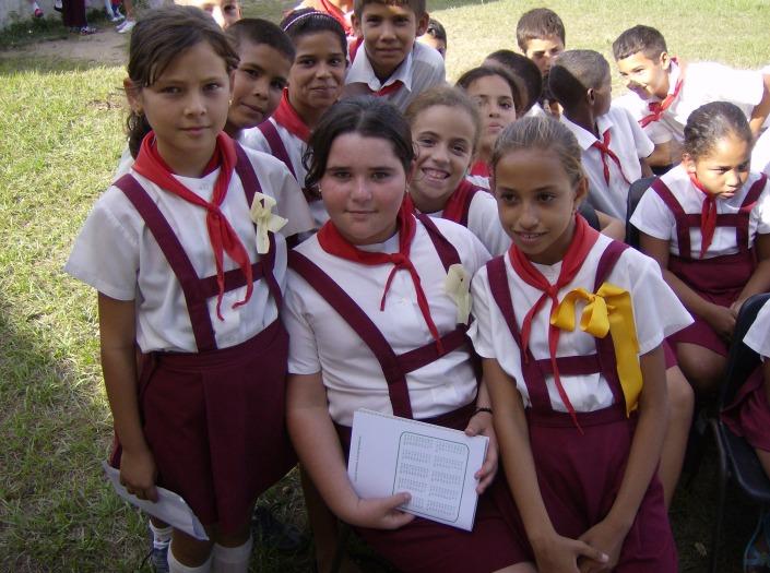 Hermosos lazos amarillos adornaron el uniforme de las alumnas integrantes del proyecto Cinco pinos por Los Cinco.